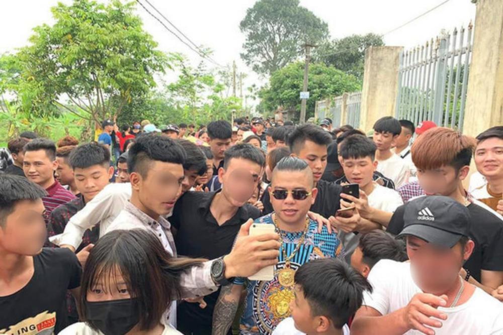 Cảnh sát truy tìm hai kẻ bịt mặt nổ súng bắn xe ô tô 'thánh chửi' Dương Minh Tuyền Ảnh 1