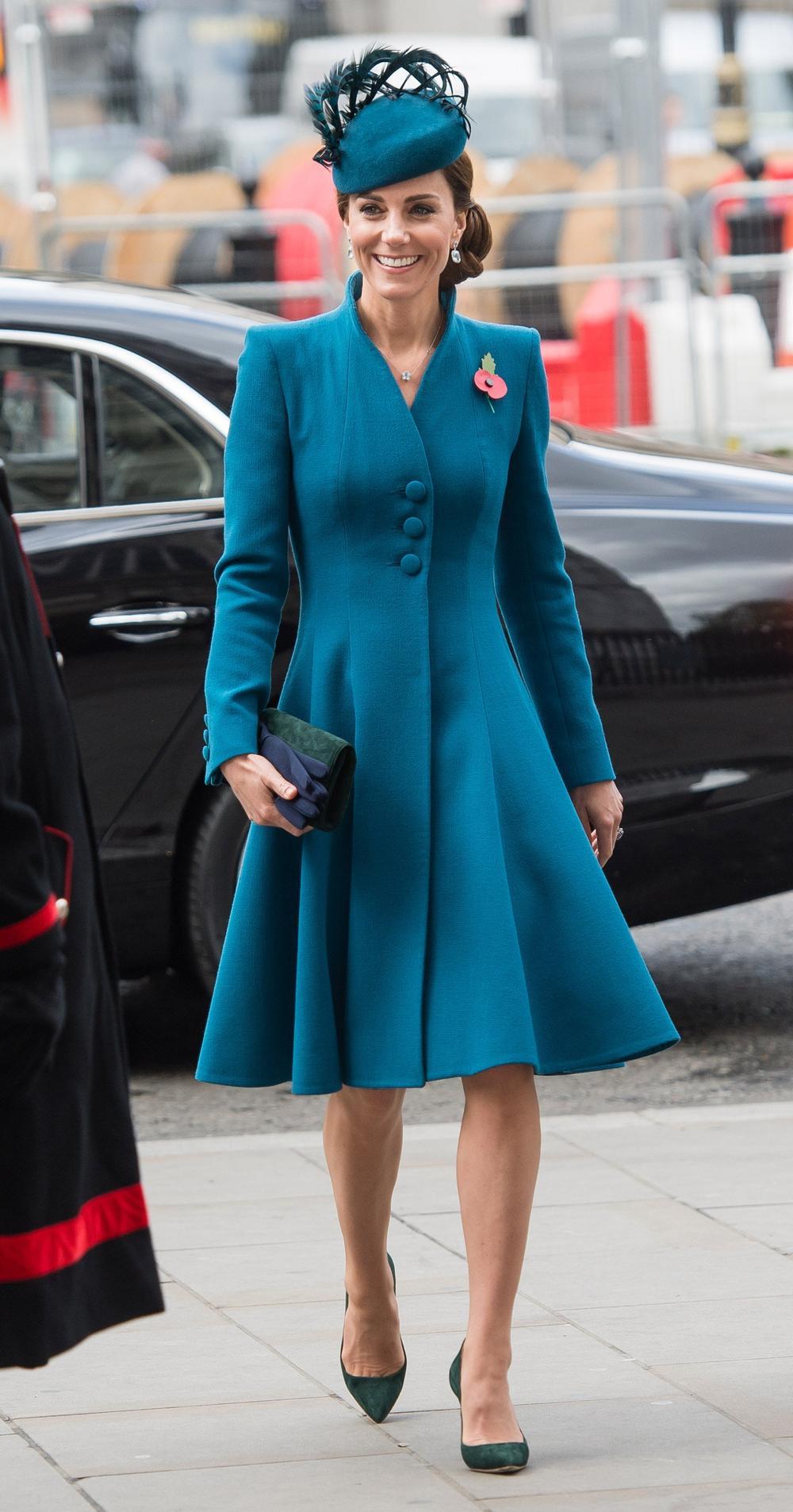 Tại sao phụ nữ hoàng gia luôn cầm theo túi xách? Ảnh 8