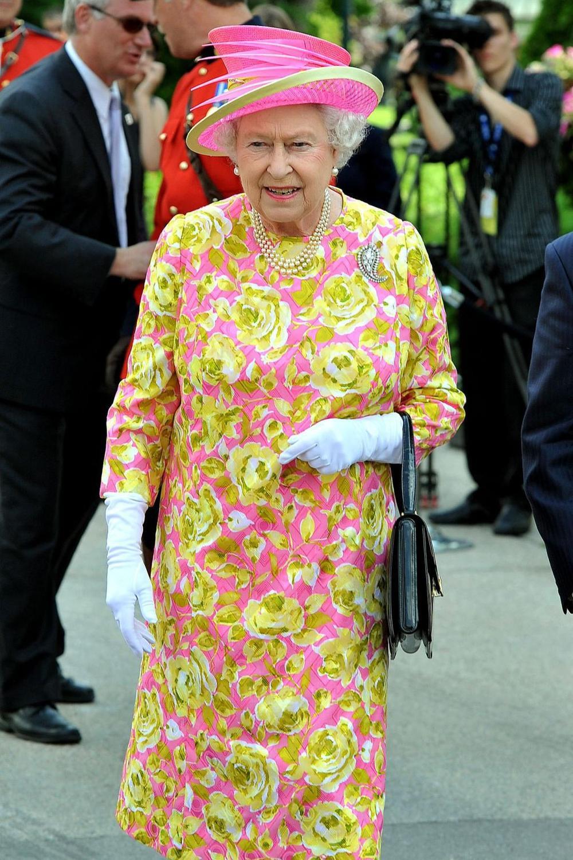 Tại sao phụ nữ hoàng gia luôn cầm theo túi xách? Ảnh 4