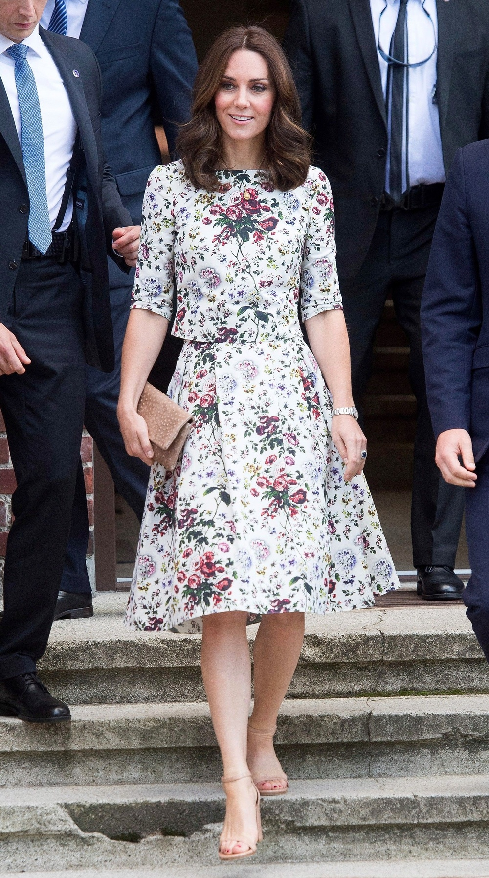 Tại sao phụ nữ hoàng gia luôn cầm theo túi xách? Ảnh 10