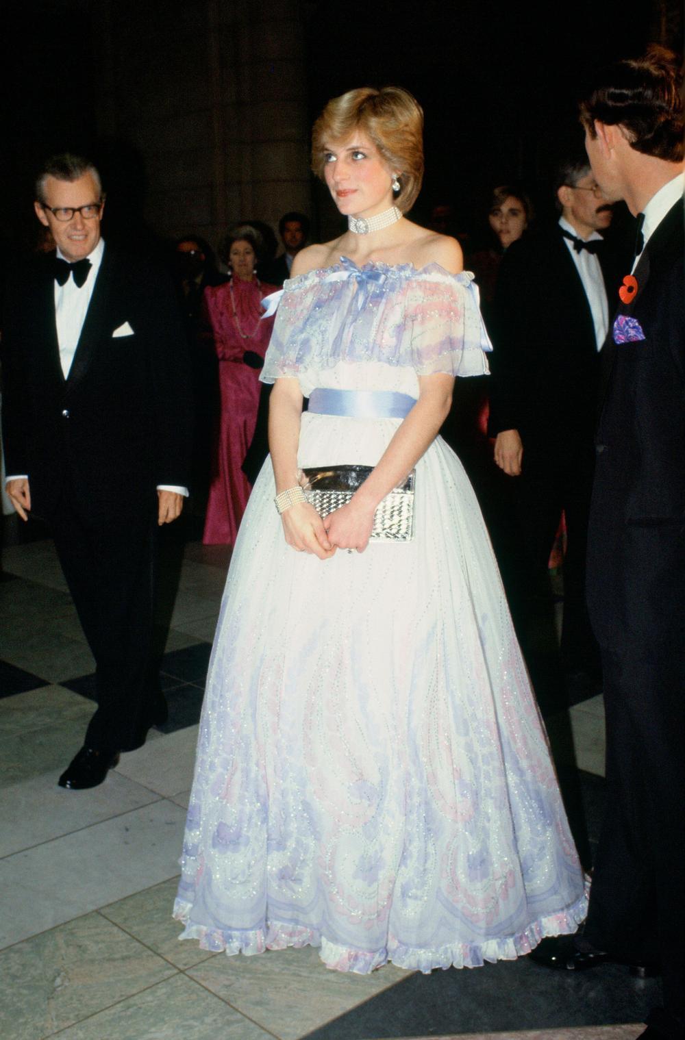 Tại sao phụ nữ hoàng gia luôn cầm theo túi xách? Ảnh 6