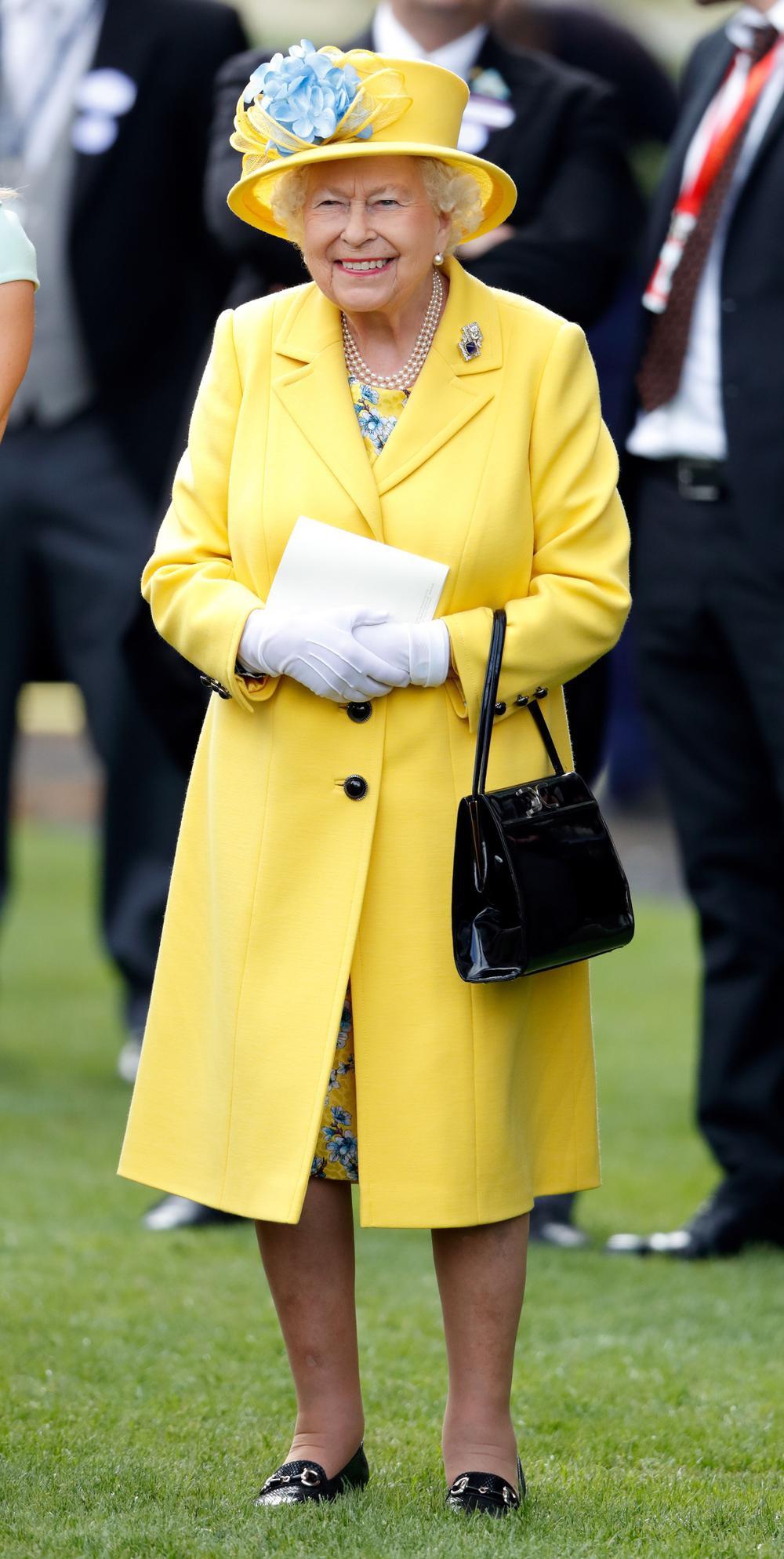Tại sao phụ nữ hoàng gia luôn cầm theo túi xách? Ảnh 2