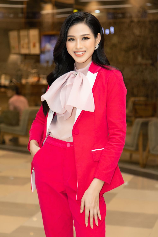 Kiều Loan khoe dáng chuẩn lần đầu 'chạm trán' Top 3 Hoa hậu Việt Nam Đỗ Thị Hà, Phương Anh, Ngọc Thảo Ảnh 10