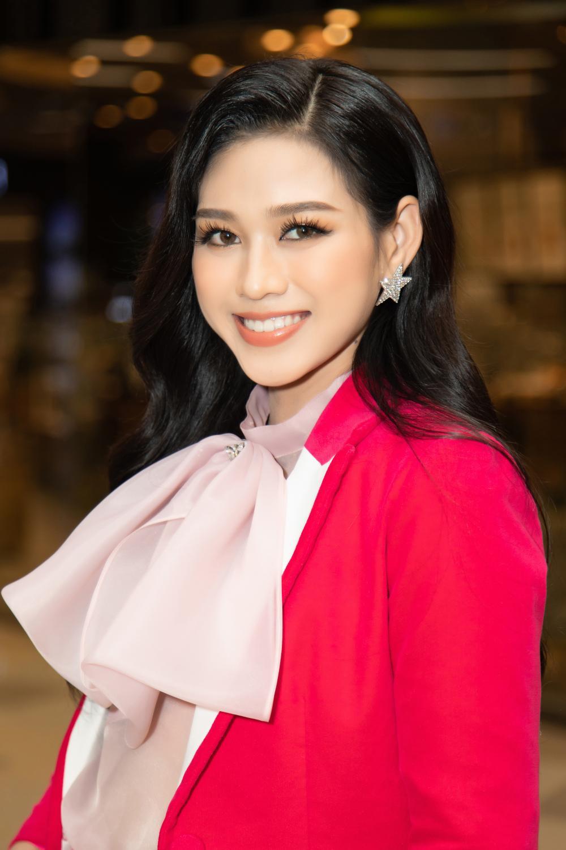 Kiều Loan khoe dáng chuẩn lần đầu 'chạm trán' Top 3 Hoa hậu Việt Nam Đỗ Thị Hà, Phương Anh, Ngọc Thảo Ảnh 8