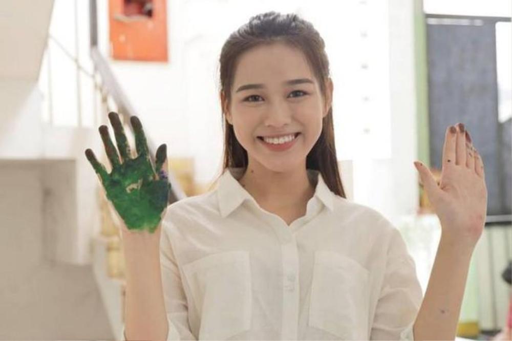 Mặt mộc của 3 hoa hậu đắt show nhất hiện nay: Em út Đỗ Thị Hà 'búng ra sữa' Ảnh 16