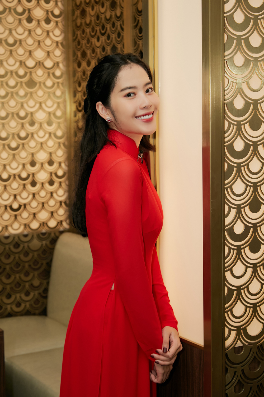 Khánh Vân, Nam Em diện áo dài đỏ rực rỡ, Hoàng My - Kim Duyên thướt tha 'hóa' nàng thơ xứ Huế Ảnh 5
