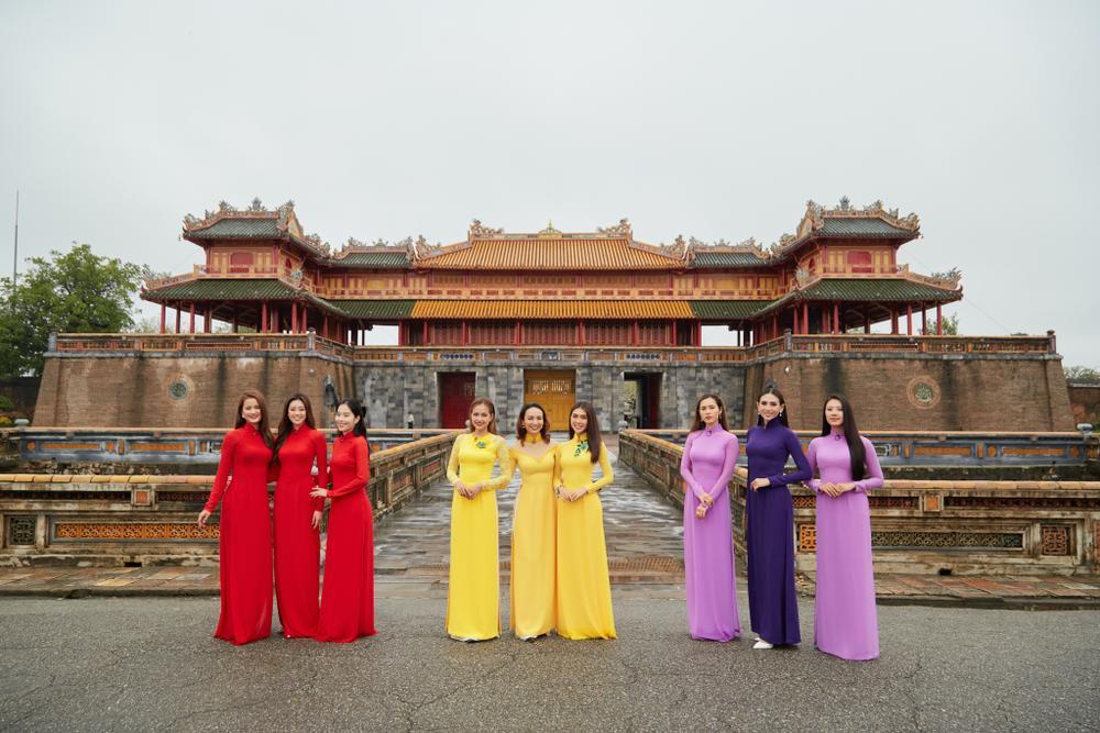 Khánh Vân, Nam Em diện áo dài đỏ rực rỡ, Hoàng My - Kim Duyên thướt tha 'hóa' nàng thơ xứ Huế Ảnh 1