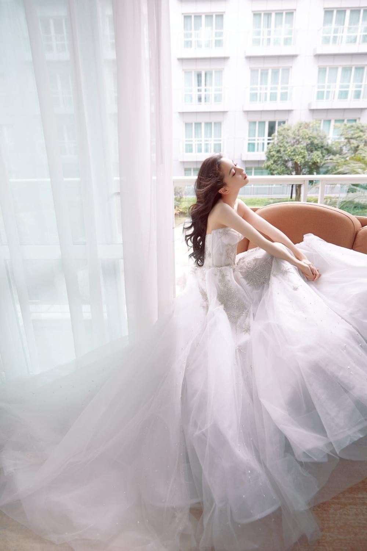 Hết làm soái tỷ, Angelababy diện bộ váy cưới khoe gò bồng đảo gợi cảm hút mắt Ảnh 3