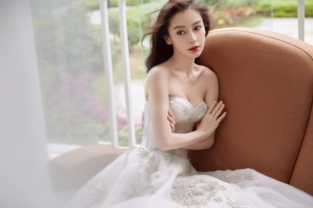 Hết làm soái tỷ, Angelababy diện bộ váy cưới khoe gò bồng đảo gợi cảm hút mắt Ảnh 1