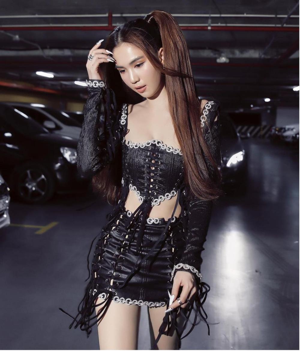 Ngọc Trinh lại khiến fan 'no mắt' với váy đen đan dây hở trên ngắn dưới siêu nóng bỏng Ảnh 2