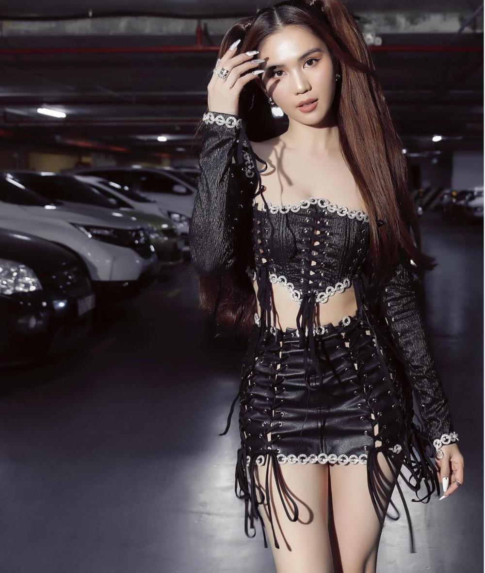 Ngọc Trinh lại khiến fan 'no mắt' với váy đen đan dây hở trên ngắn dưới siêu nóng bỏng Ảnh 1