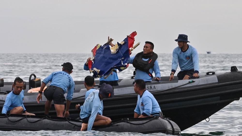 Bắt được tín hiệu nghi từ hộp đen trên máy bay gặp nạn tại Indonesia, nguyên nhân tai nạn sắp được hé lộ Ảnh 7