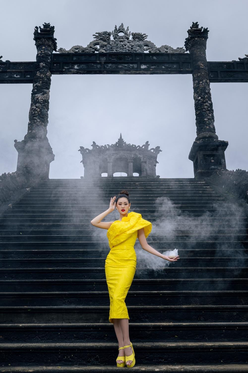Võ Hoàng Yến, Hoa hậu Khánh Vân diện váy vóc rực rỡ tạo dáng kiêu sa tại cố đô Huế Ảnh 5