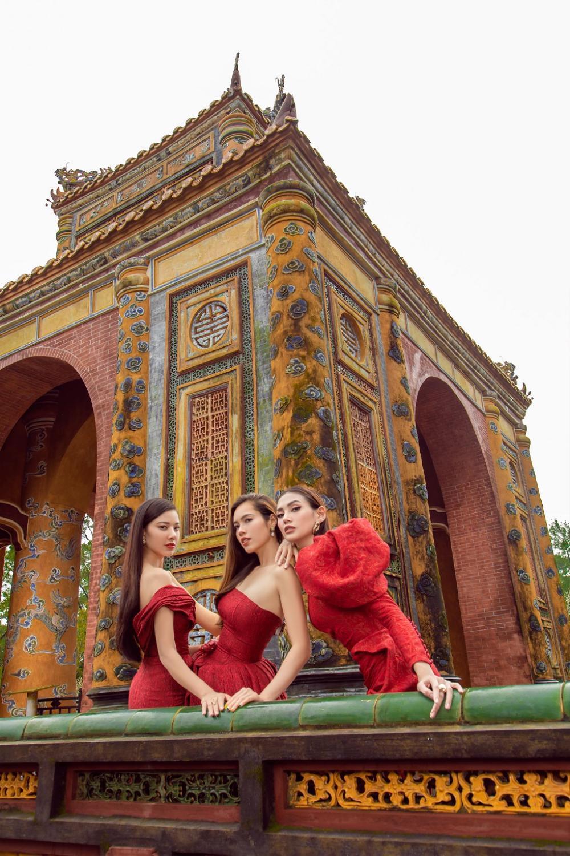 Võ Hoàng Yến, Hoa hậu Khánh Vân diện váy vóc rực rỡ tạo dáng kiêu sa tại cố đô Huế Ảnh 3