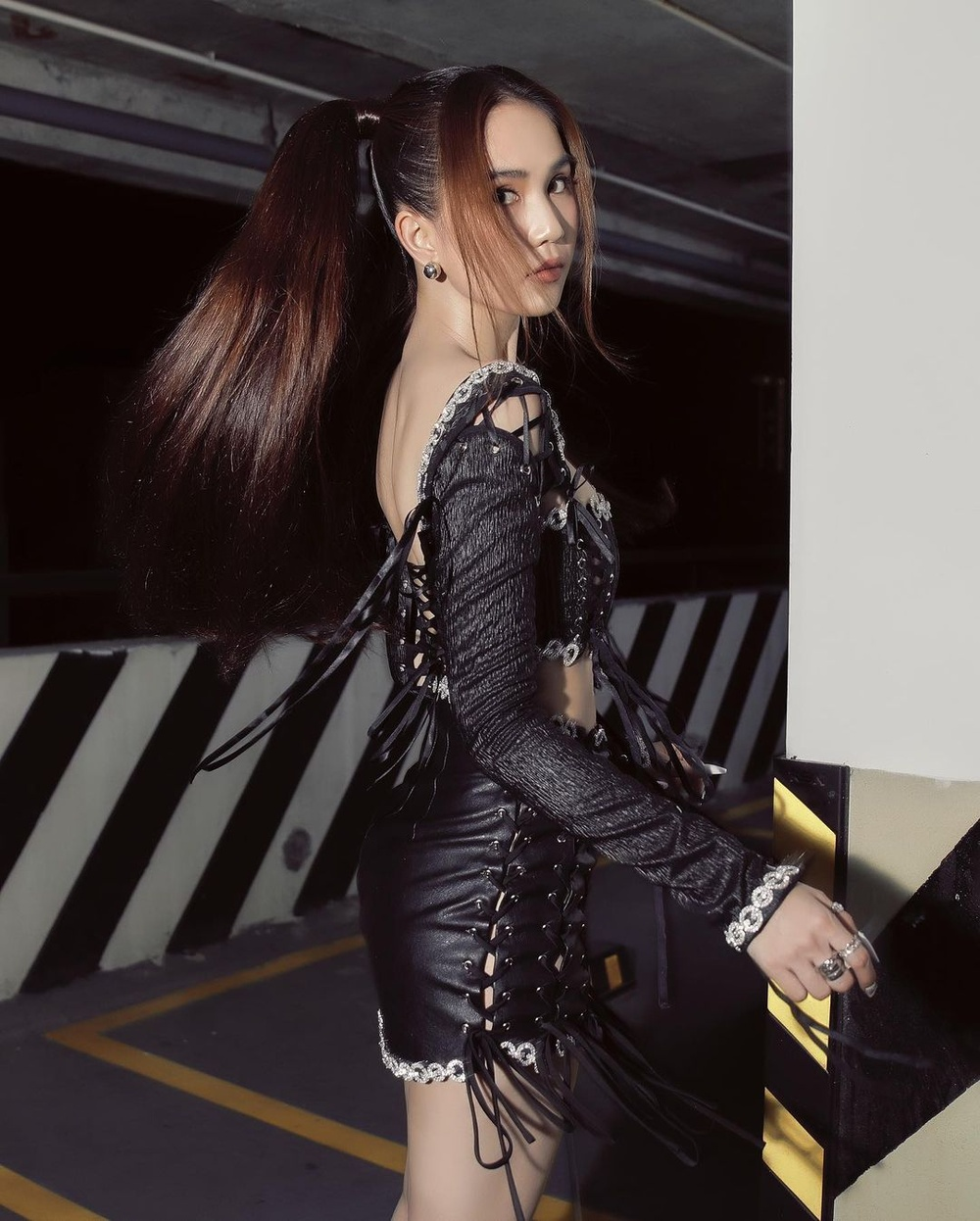 Mặc váy ngắn như gang tay, Ngọc Trinh dùng mẹo cực hay để tránh lộ nội y khi xuống xe Ảnh 2