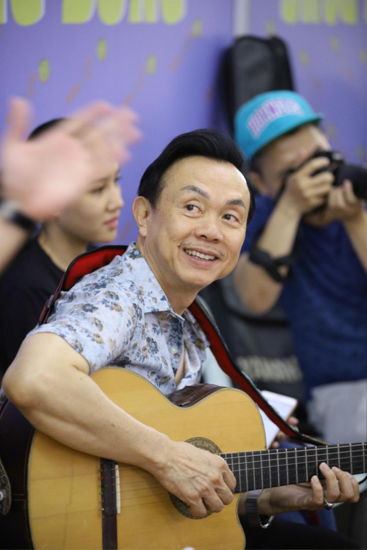 Tròn 1 tháng cố NS Chí Tài qua đời, hình ảnh ca sĩ Phương Loan viếng mộ chồng khiến ai cũng bùi ngùi Ảnh 3