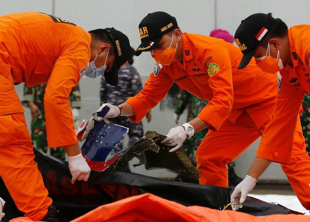 Xác định được vị trí hộp đen, Indonesia chạy đua trục vớt máy bay gặp nạn Ảnh 2