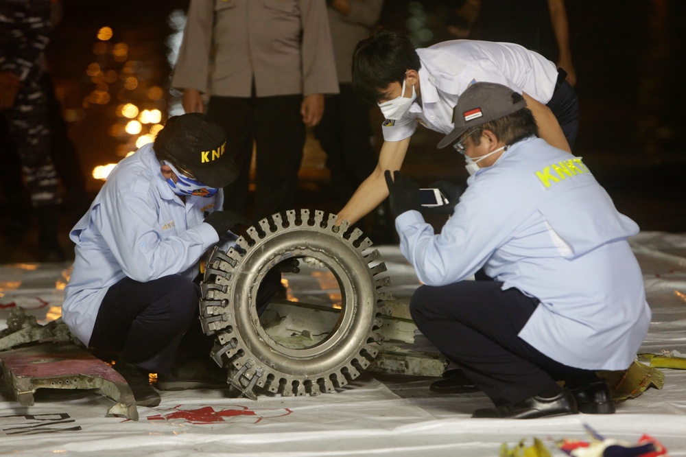 Xác định được vị trí hộp đen, Indonesia chạy đua trục vớt máy bay gặp nạn Ảnh 5