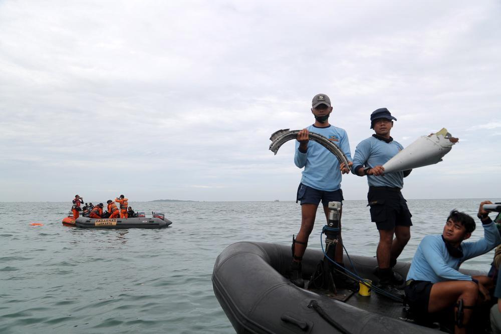 Xác định được vị trí hộp đen, Indonesia chạy đua trục vớt máy bay gặp nạn Ảnh 6