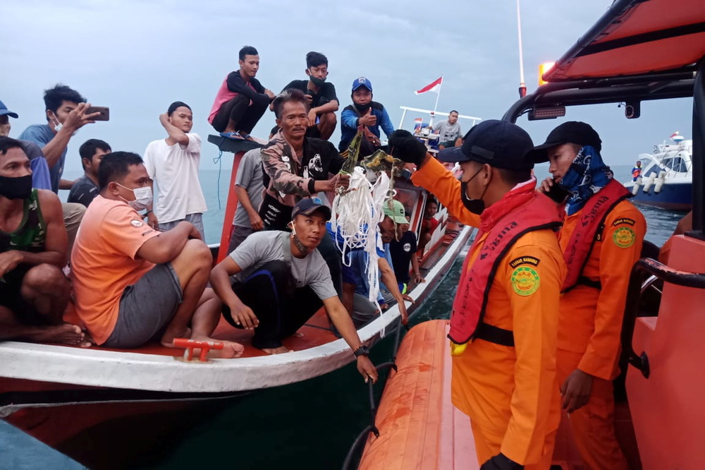 Xác định được vị trí hộp đen, Indonesia chạy đua trục vớt máy bay gặp nạn Ảnh 1
