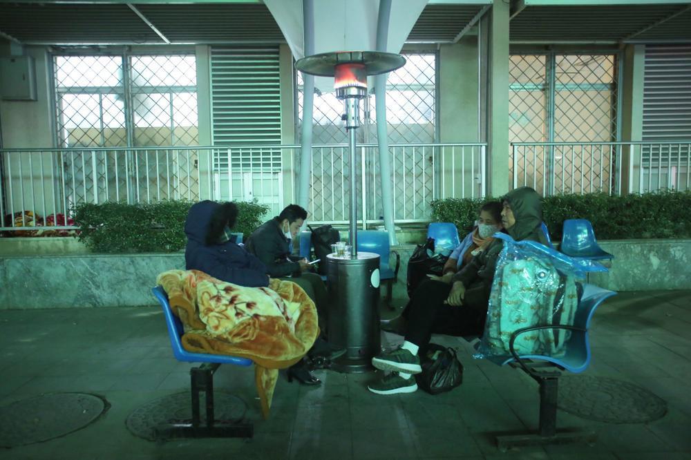 Những cây sưởi ấm lòng người nhà bệnh nhân giữa cái lạnh cắt da thịt ở Hà Nội Ảnh 5