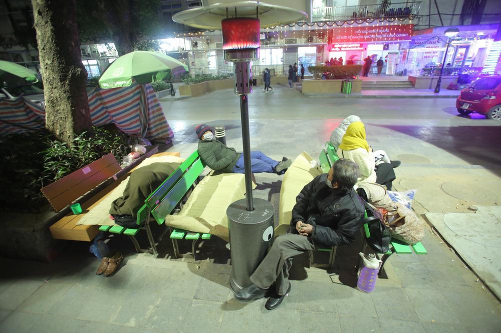 Những cây sưởi ấm lòng người nhà bệnh nhân giữa cái lạnh cắt da thịt ở Hà Nội Ảnh 12