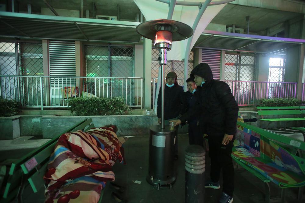 Những cây sưởi ấm lòng người nhà bệnh nhân giữa cái lạnh cắt da thịt ở Hà Nội Ảnh 10