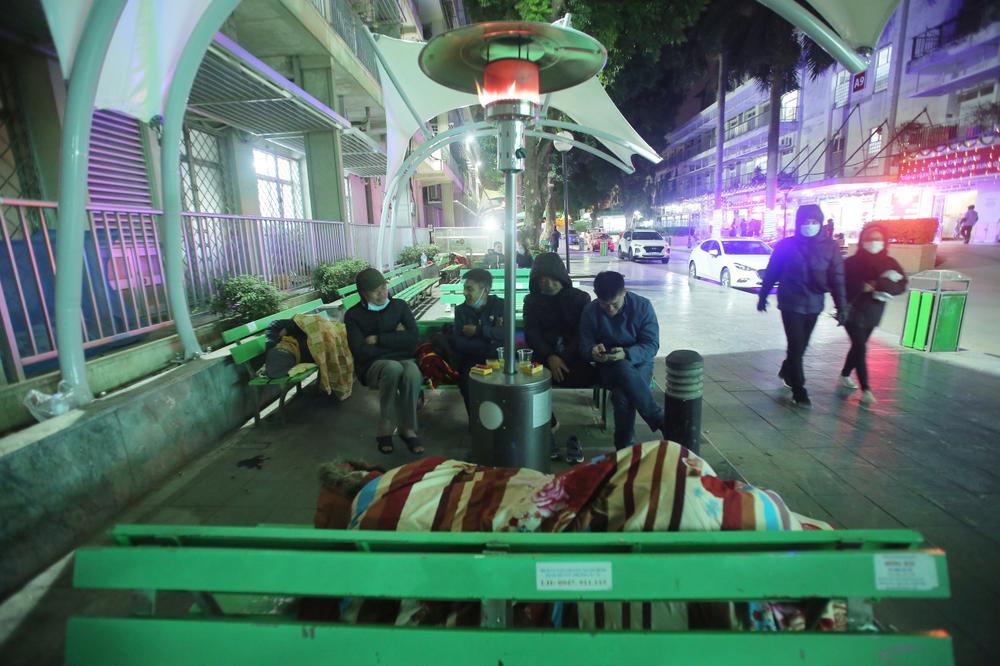 Những cây sưởi ấm lòng người nhà bệnh nhân giữa cái lạnh cắt da thịt ở Hà Nội Ảnh 1