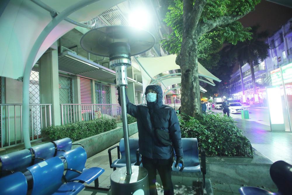 Những cây sưởi ấm lòng người nhà bệnh nhân giữa cái lạnh cắt da thịt ở Hà Nội Ảnh 4