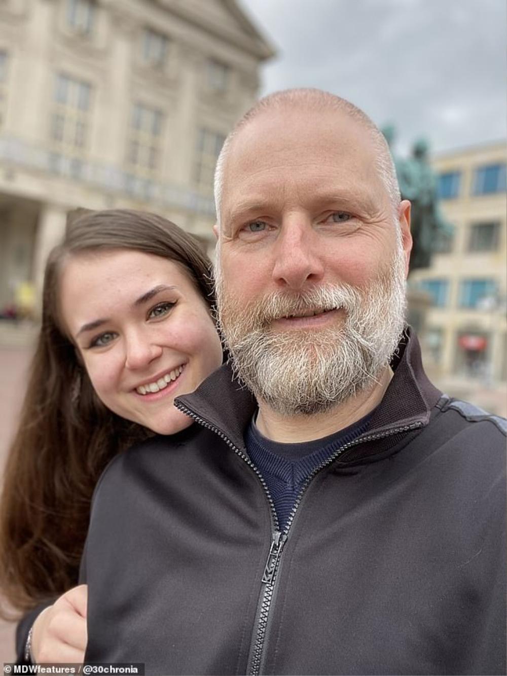 Chuyện tình 'đũa lệch' bắt nguồn từ YouTube của giáo sư và nữ sinh kém 27 tuổi Ảnh 4