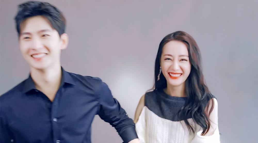 Dương Dương tươi cười rạng rỡ, nắm tay Địch Lệ Nhiệt Ba trong ngày phim đóng máy Ảnh 7