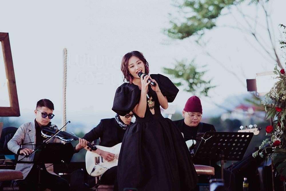 Văn Mai Hương hát live liên tục hơn 20 bài giữa cái lạnh 'cắt da' của Đà Lạt Ảnh 1