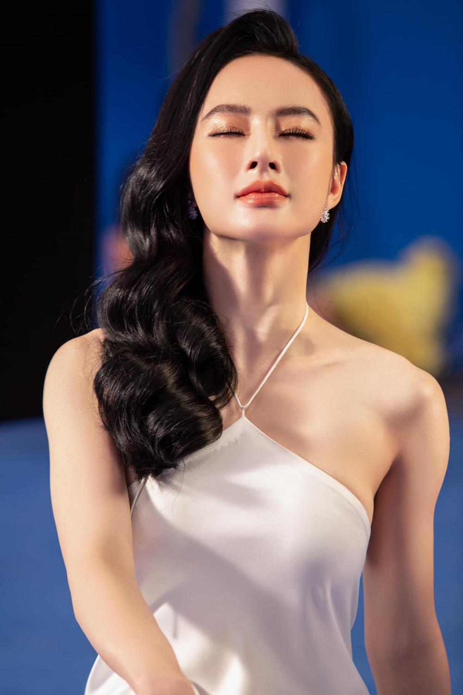 Angela Phương Trinh xinh như nữ thần, pose dáng khoe trọn tấm lưng, thả lơi 'cặp tuyết lê' gợi cảm Ảnh 1