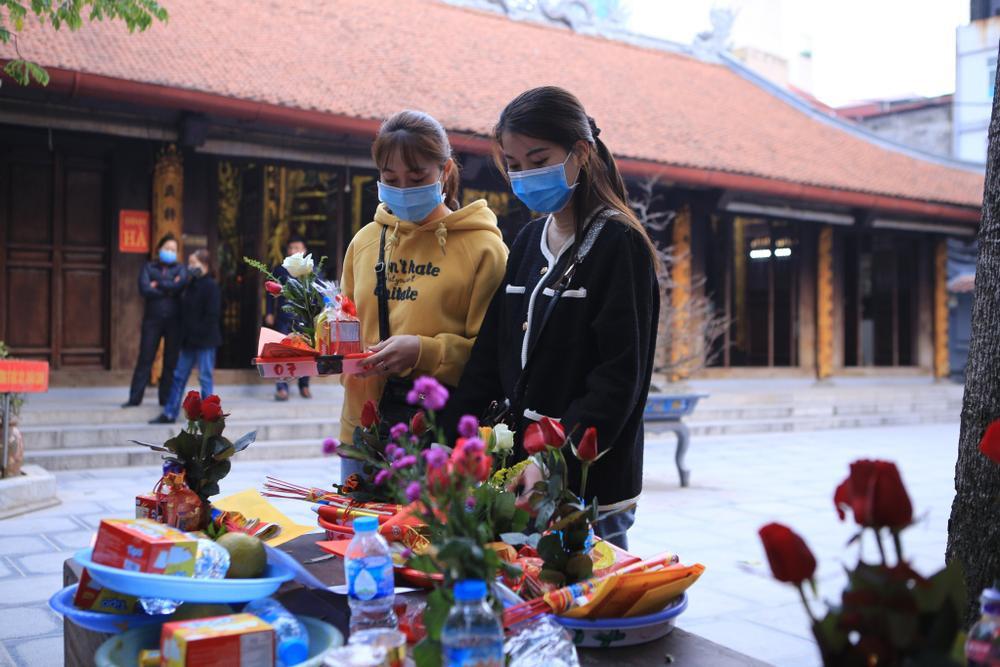 Mùng 1 cuối cùng của năm, giới trẻ đổ xô đi chùa Hà cầu có người yêu trước Tết Nguyên đán Ảnh 4