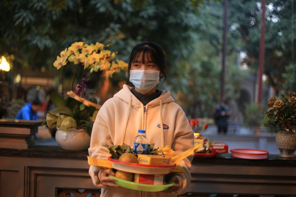 Mùng 1 cuối cùng của năm, giới trẻ đổ xô đi chùa Hà cầu có người yêu trước Tết Nguyên đán Ảnh 9