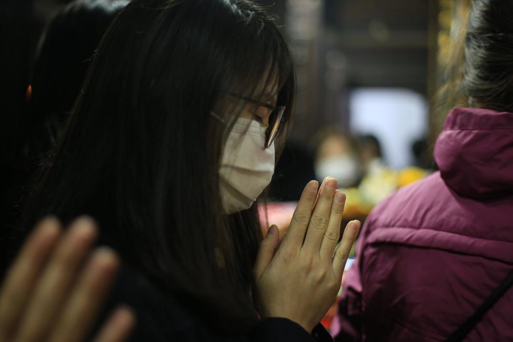 Mùng 1 cuối cùng của năm, giới trẻ đổ xô đi chùa Hà cầu có người yêu trước Tết Nguyên đán Ảnh 13