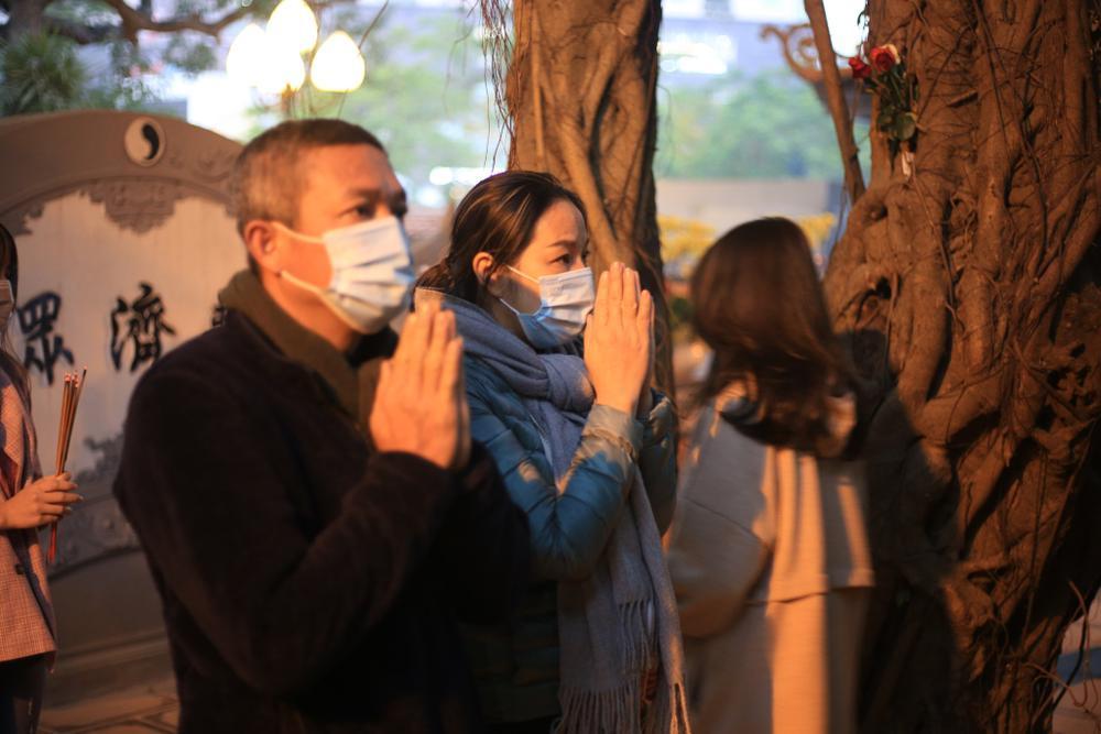 Mùng 1 cuối cùng của năm, giới trẻ đổ xô đi chùa Hà cầu có người yêu trước Tết Nguyên đán Ảnh 12