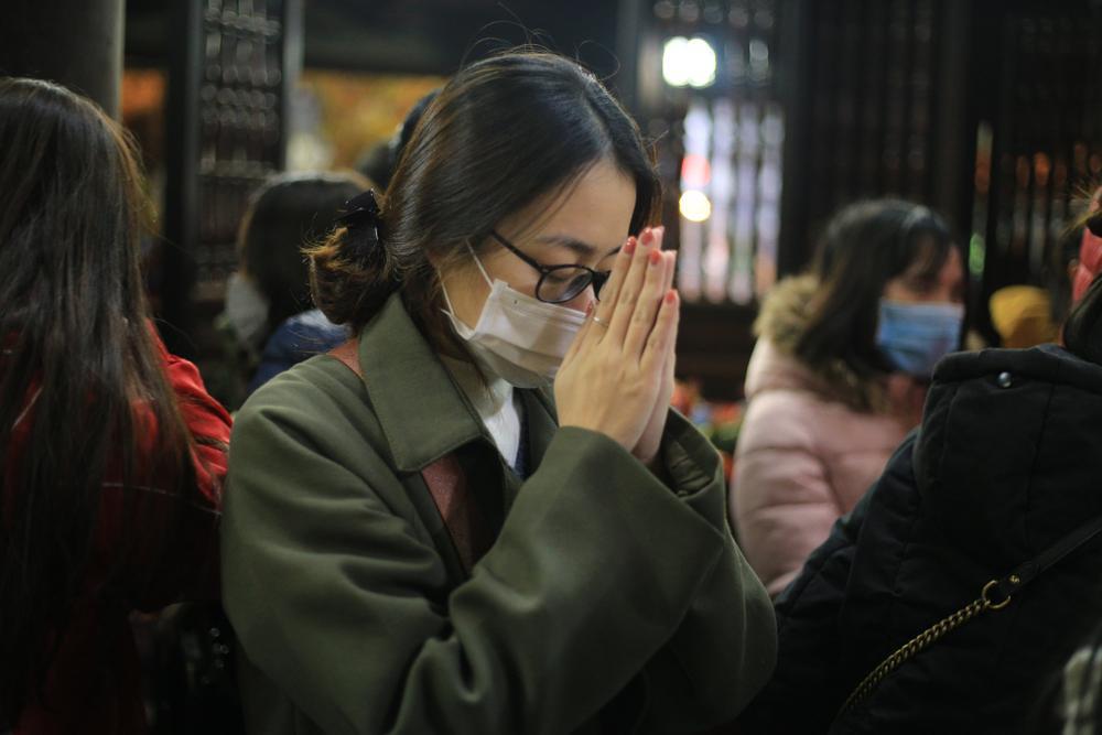 Mùng 1 cuối cùng của năm, giới trẻ đổ xô đi chùa Hà cầu có người yêu trước Tết Nguyên đán Ảnh 11