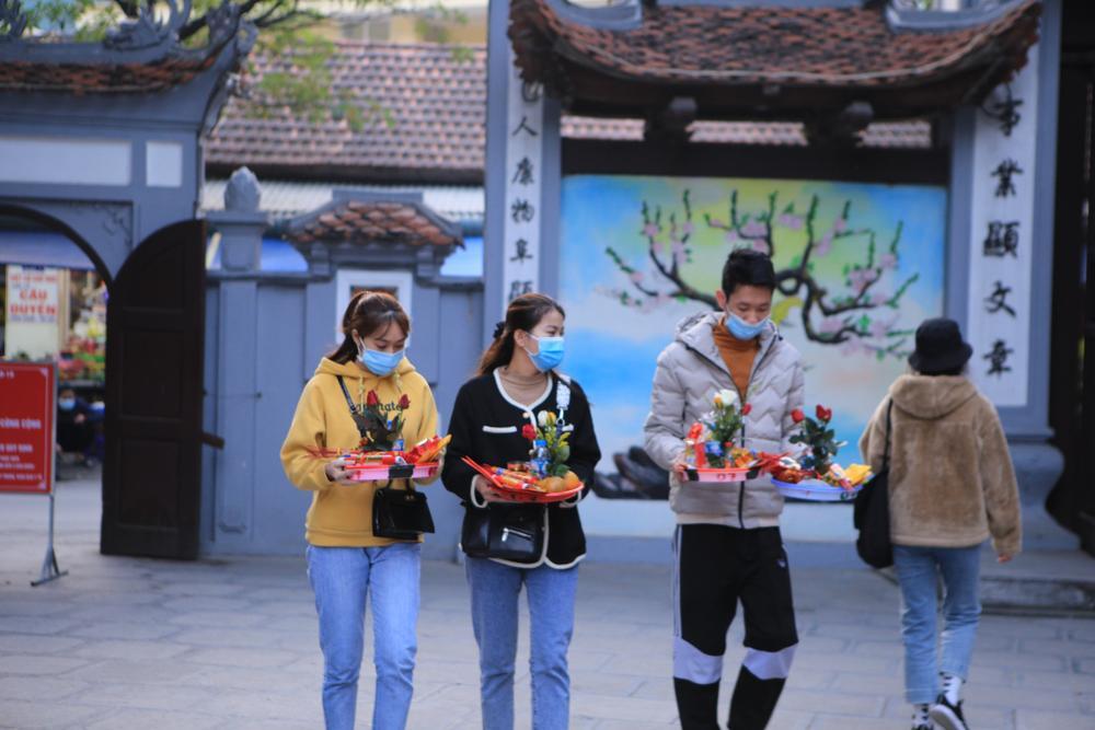 Mùng 1 cuối cùng của năm, giới trẻ đổ xô đi chùa Hà cầu có người yêu trước Tết Nguyên đán Ảnh 2