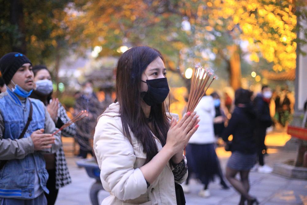 Mùng 1 cuối cùng của năm, giới trẻ đổ xô đi chùa Hà cầu có người yêu trước Tết Nguyên đán Ảnh 6