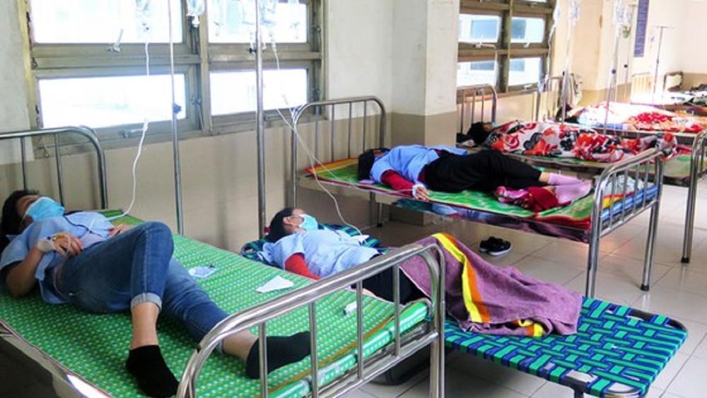 Hàng chục công nhân ở Phú Yên nghi bị ngộ độc thực phẩm tập thể sau bữa cơm trưa, phải nhập viện cấp cứu Ảnh 1