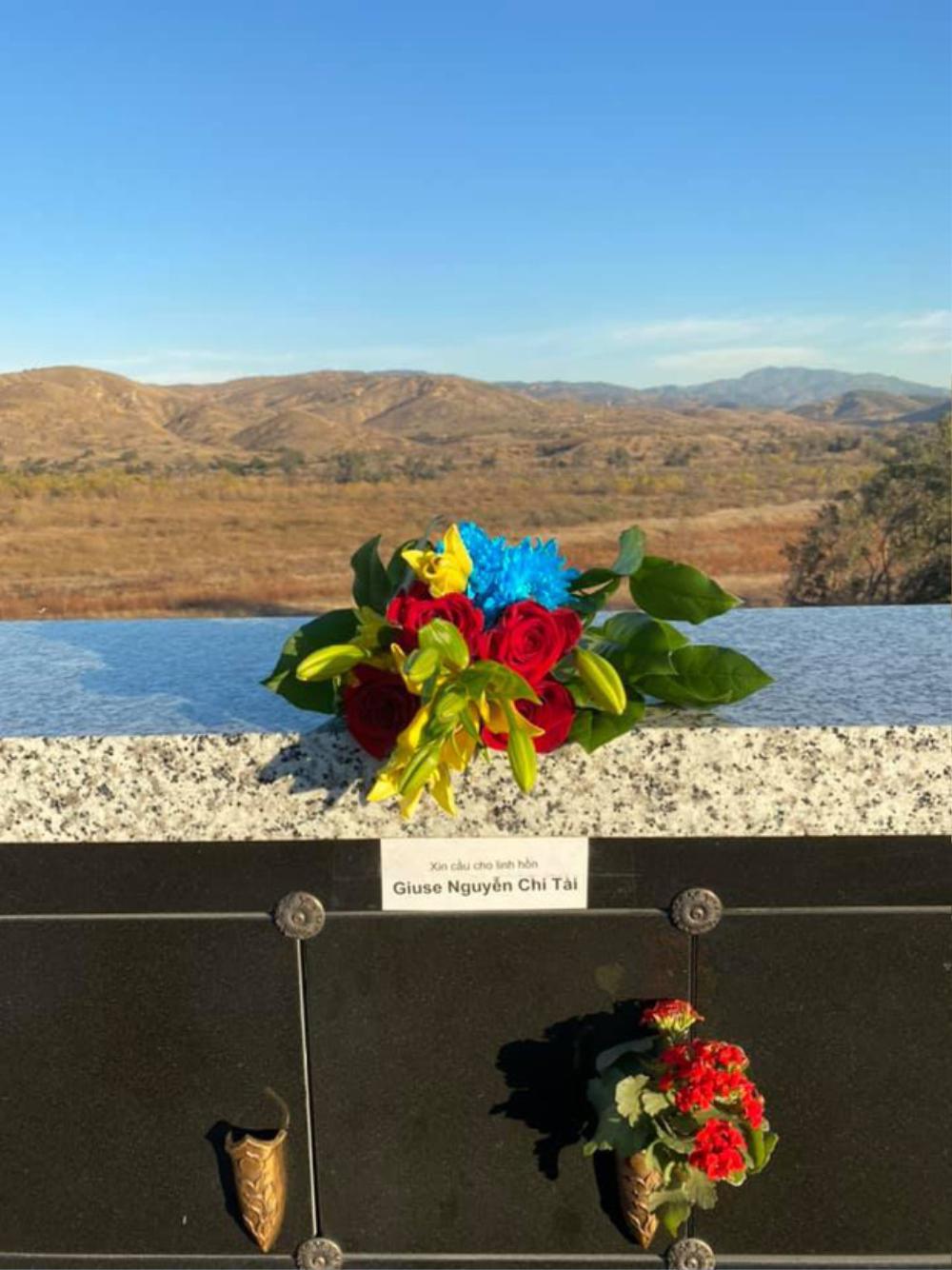 Con trai ruột Hoài Linh thay ba viếng mộ cố nghệ sĩ Chí Tài ở Mỹ Ảnh 2