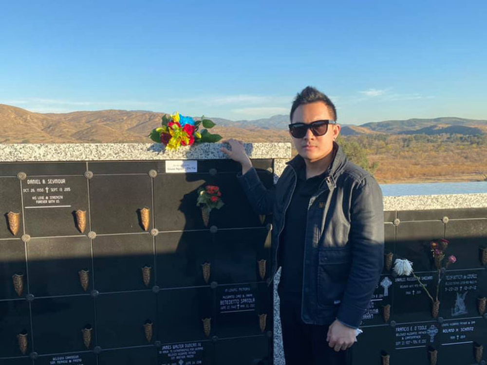 Con trai ruột Hoài Linh thay ba viếng mộ cố nghệ sĩ Chí Tài ở Mỹ Ảnh 1