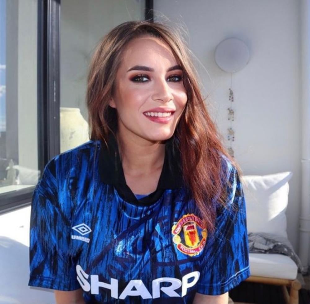 Mừng Quỷ đỏ lên đỉnh, fan nữ quyến rũ nhất của Man Utd khoe vòng một lấp ló căng tròn Ảnh 2