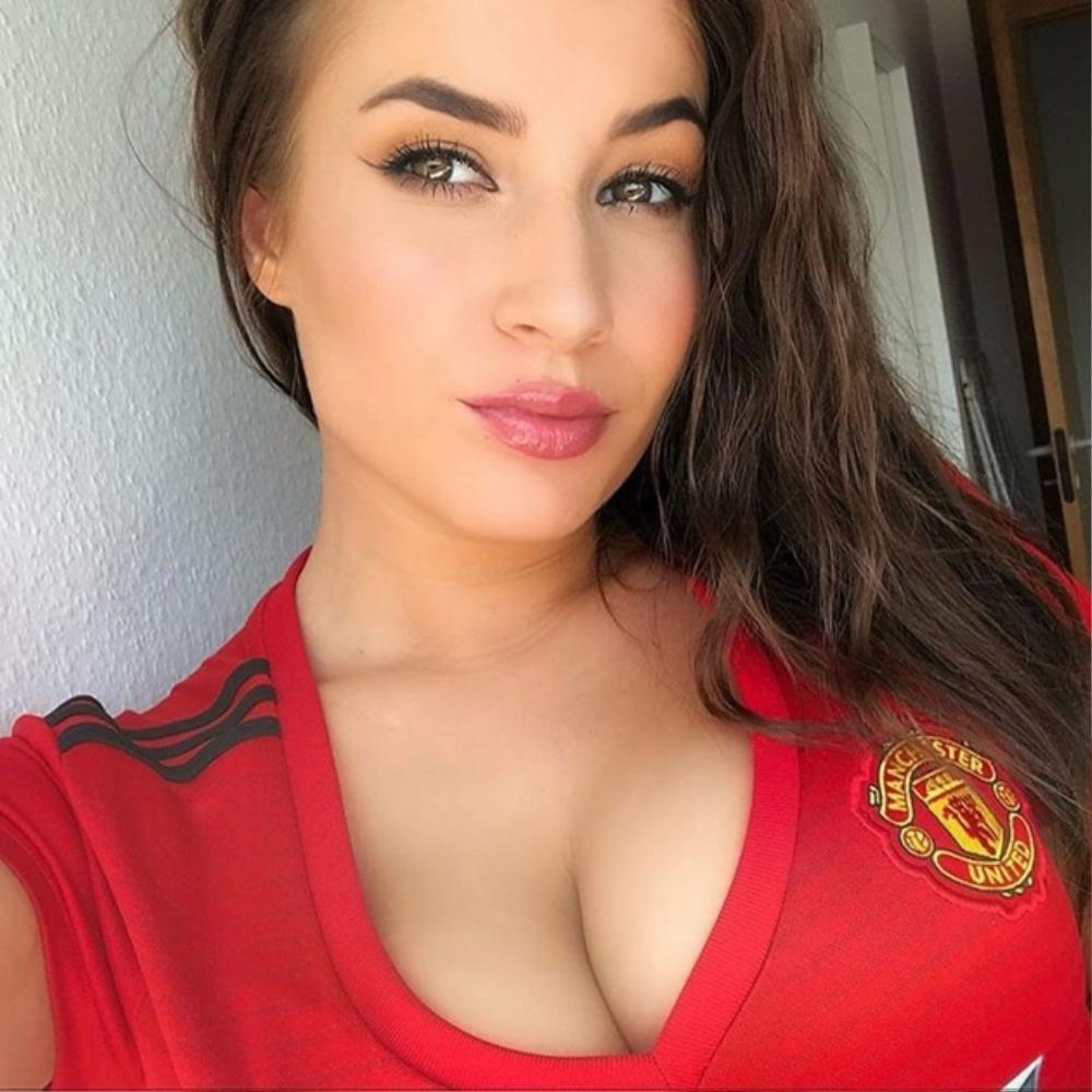 Mừng Quỷ đỏ lên đỉnh, fan nữ quyến rũ nhất của Man Utd khoe vòng một lấp ló căng tròn Ảnh 4