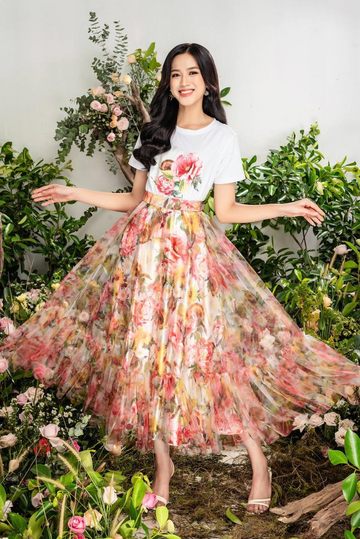 Hoa hậu Đỗ Thị Hà xinh như thiên thần hoa với váy áo du Xuân Ảnh 1
