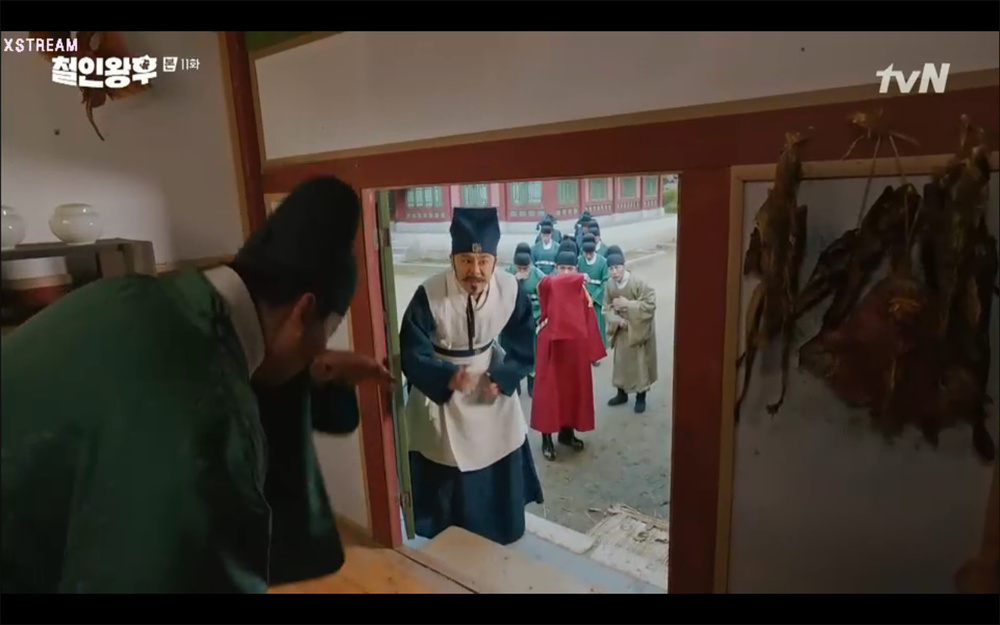 'Mr. Queen' tập 11: Shin Hye Sun tá hỏa vì tình địch thẳng tay ám sát, Kim Jung Hyun bị lộ thân phận Ảnh 39