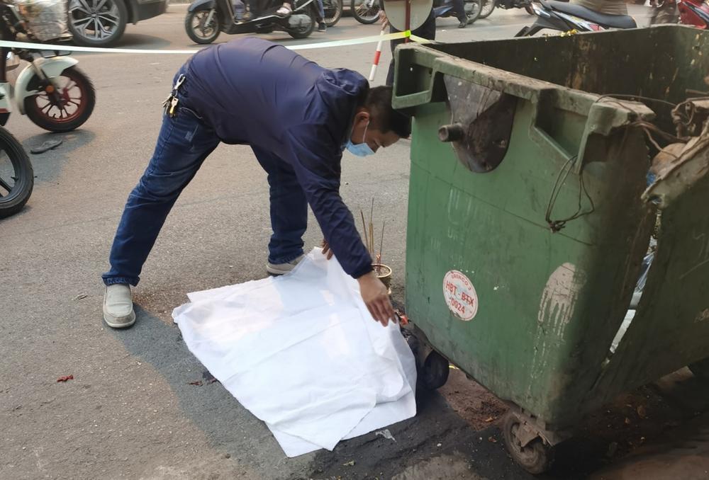 Xót xa thai nhi bị vứt bỏ cạnh bãi rác, ô tô đi đường đè trúng thương tâm Ảnh 1