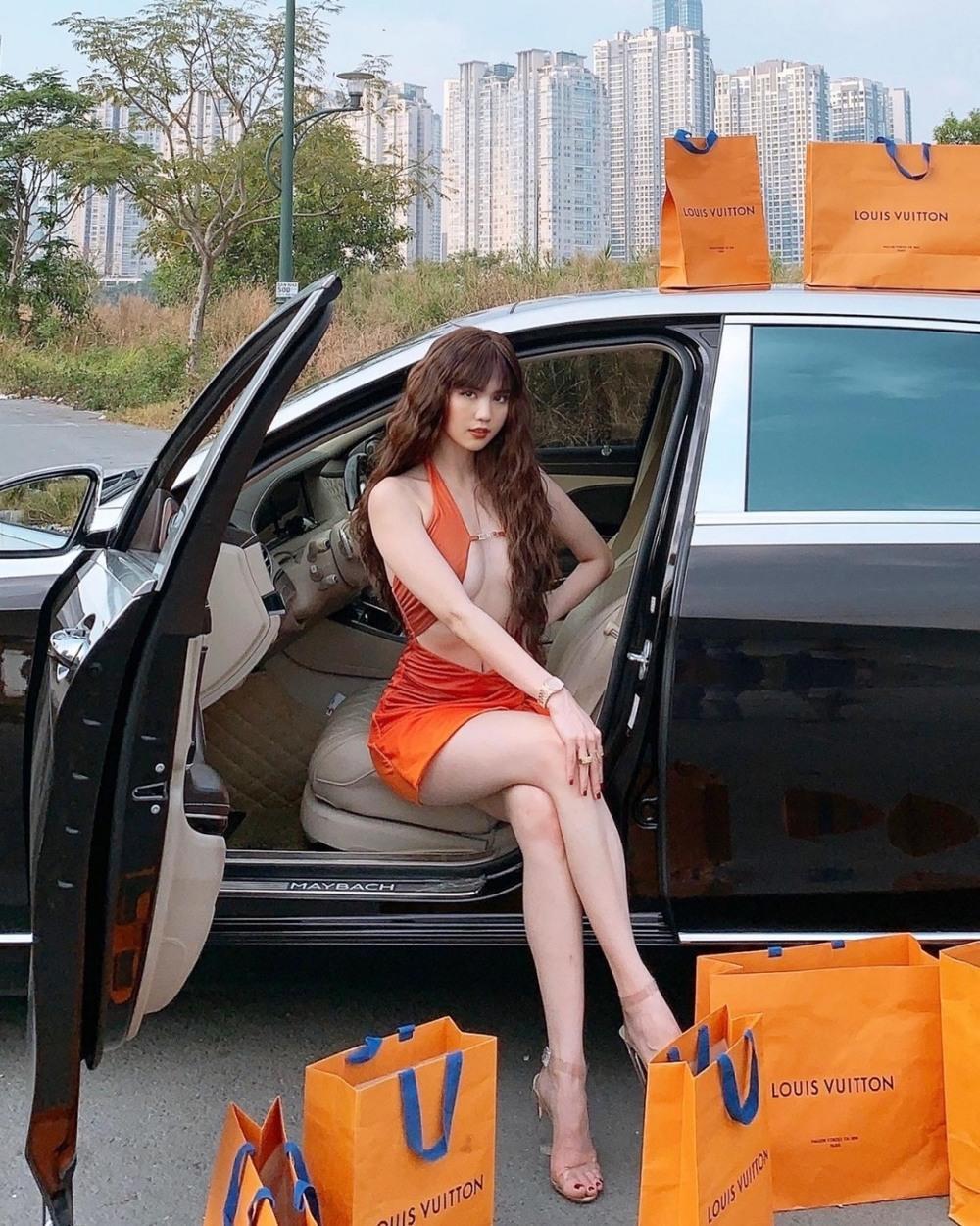 Góc chịu chơi: Ngọc Trinh đem túi hàng hiệu và xe hơi bạc tỷ ra đường tạo dáng Ảnh 2