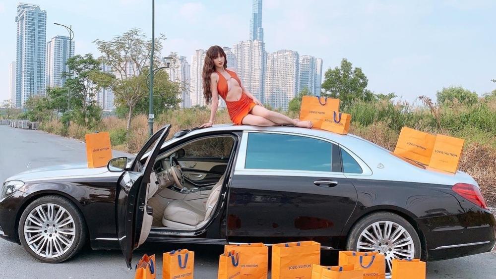 Góc chịu chơi: Ngọc Trinh đem túi hàng hiệu và xe hơi bạc tỷ ra đường tạo dáng Ảnh 4
